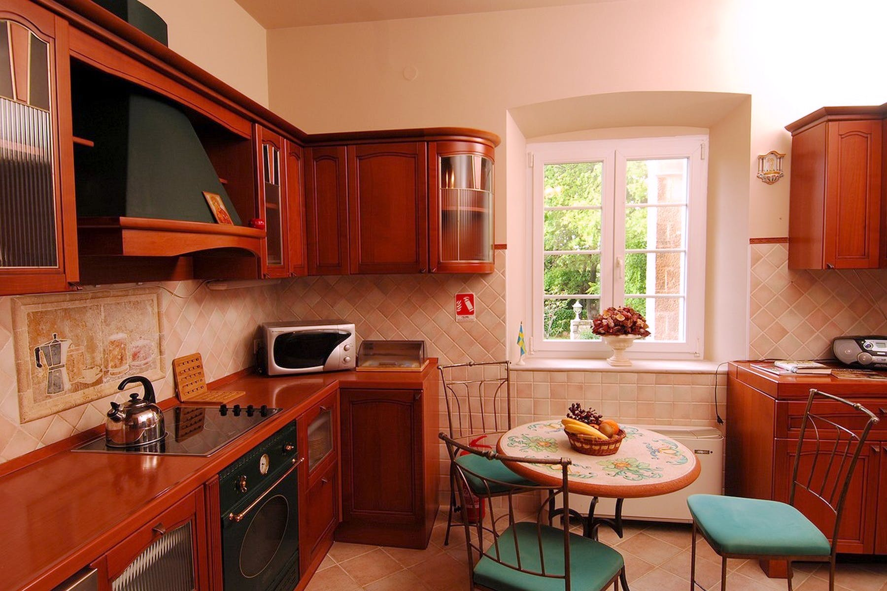 A kitchen with all the necessary amenities
