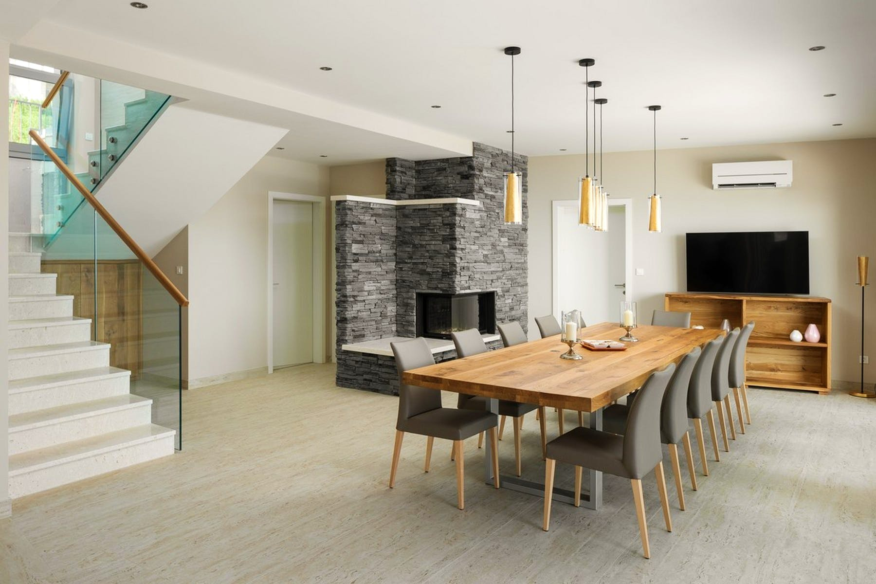 Dining room equipped with a fireplace