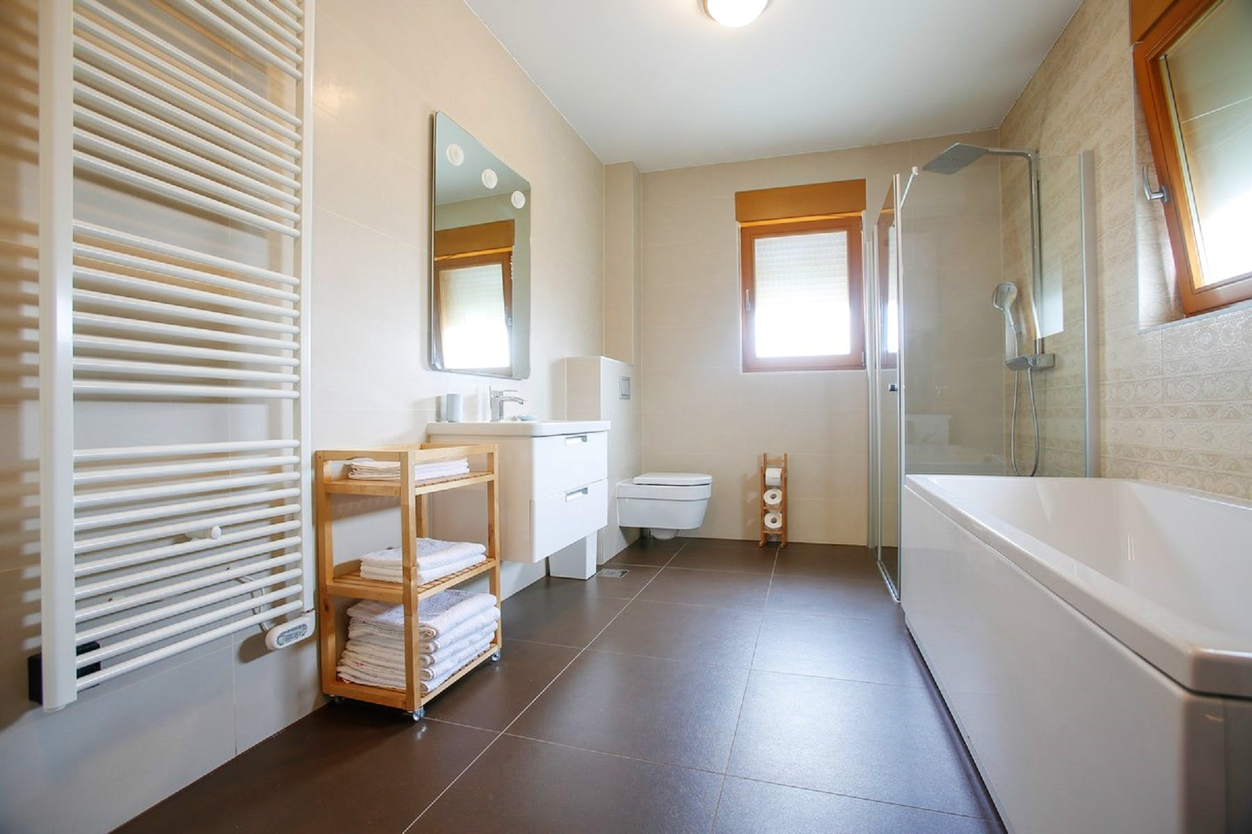 Spacious and fully equipped bathroom