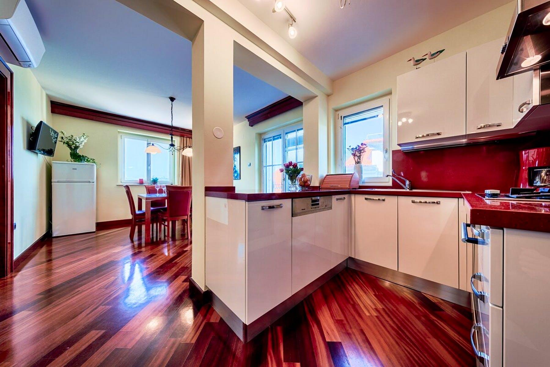 Opremljena, moderna kuhinja s blagovaonicom