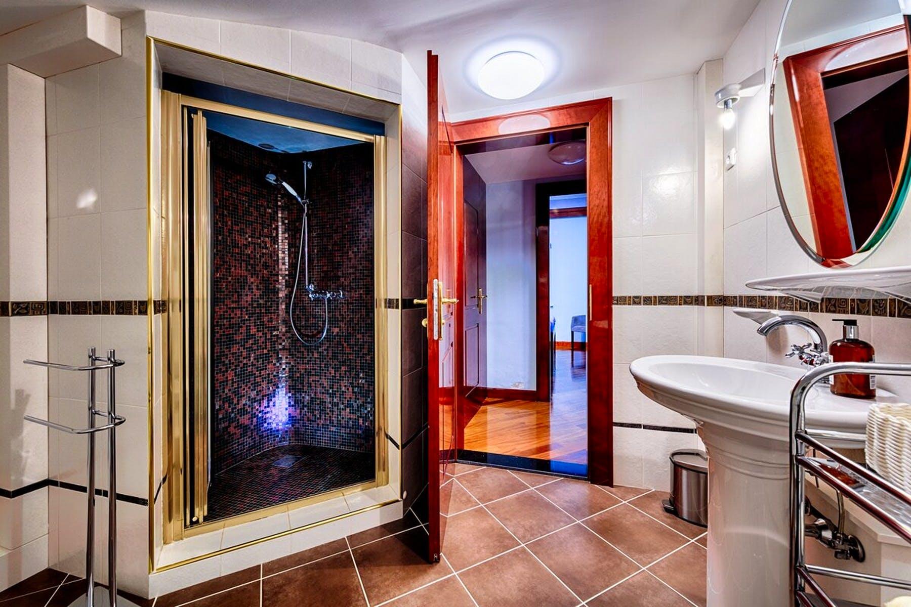 Moderno opremljena kupaonica
