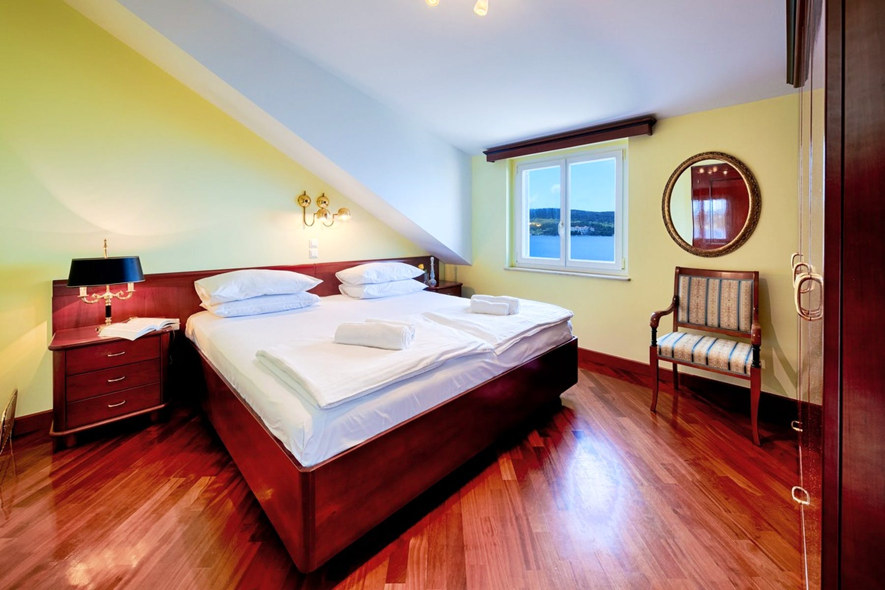Spavaća soba s brojnim drvenim detaljima