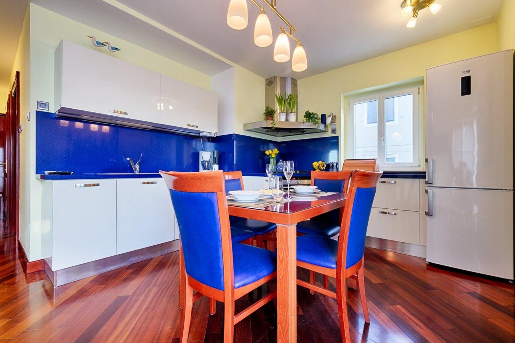 Kuhinja i blagovaonica u upečatljivoj plavoj nijansi