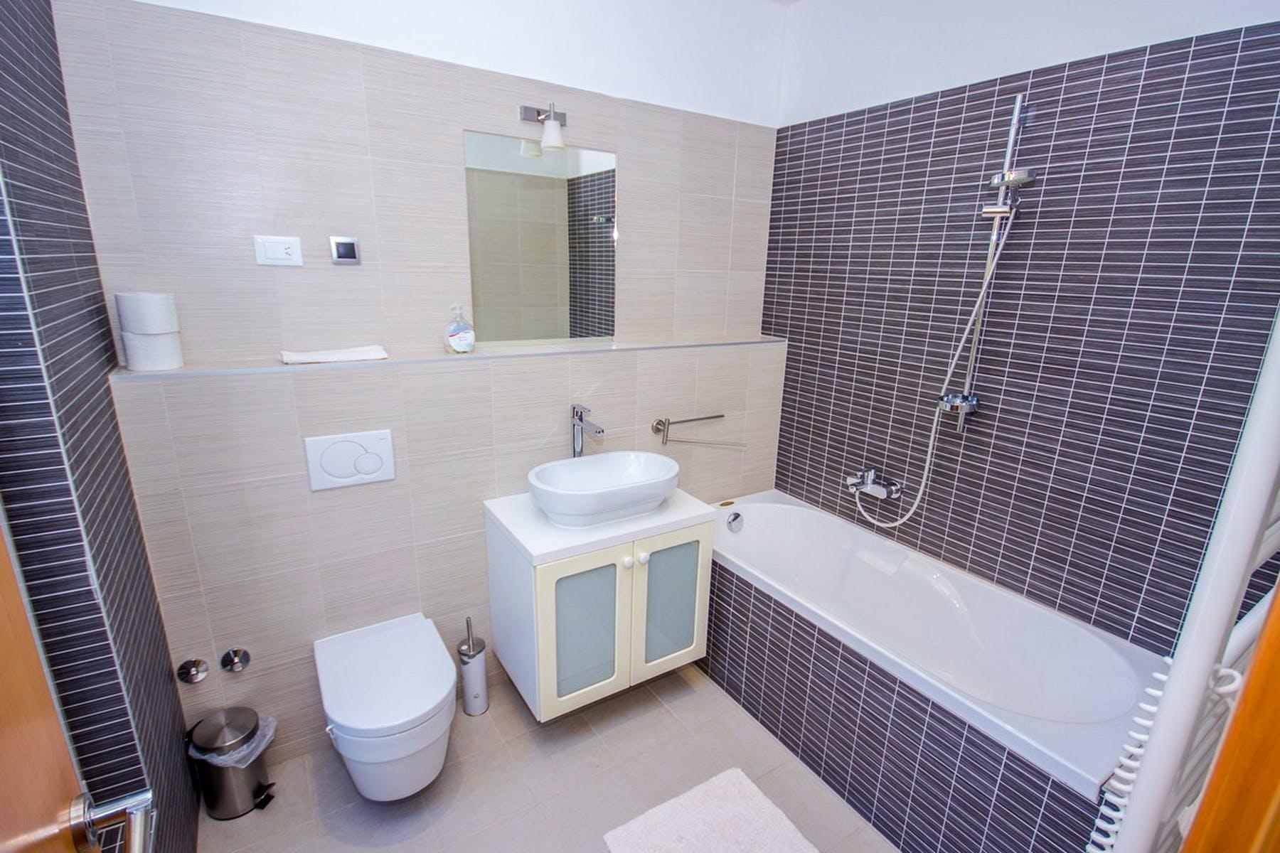 Modernly furnished bathroom