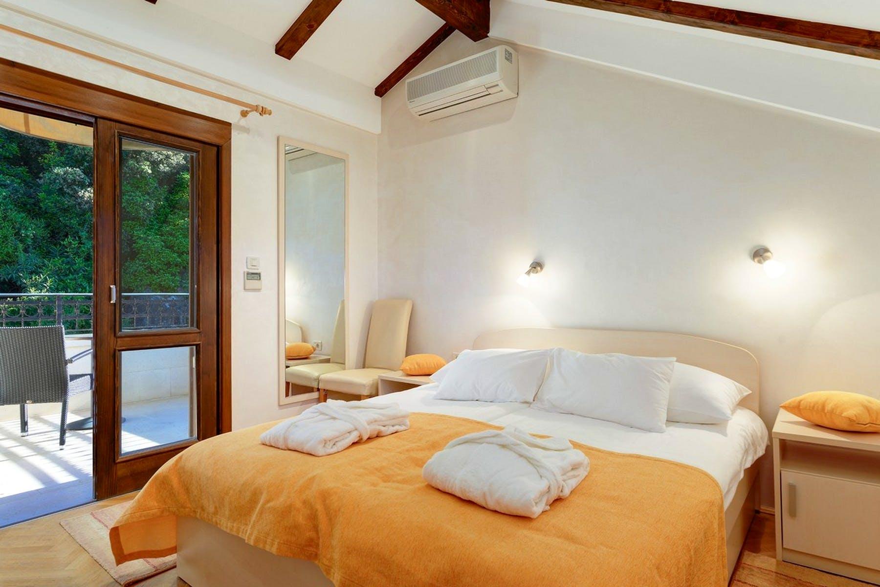 Dvokrevetna spavaća soba na tavanu
