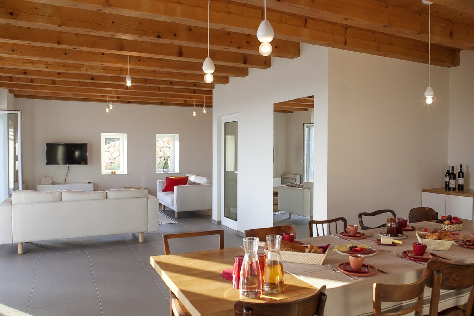 Pogled na dnevnu sobu iz kuhinje