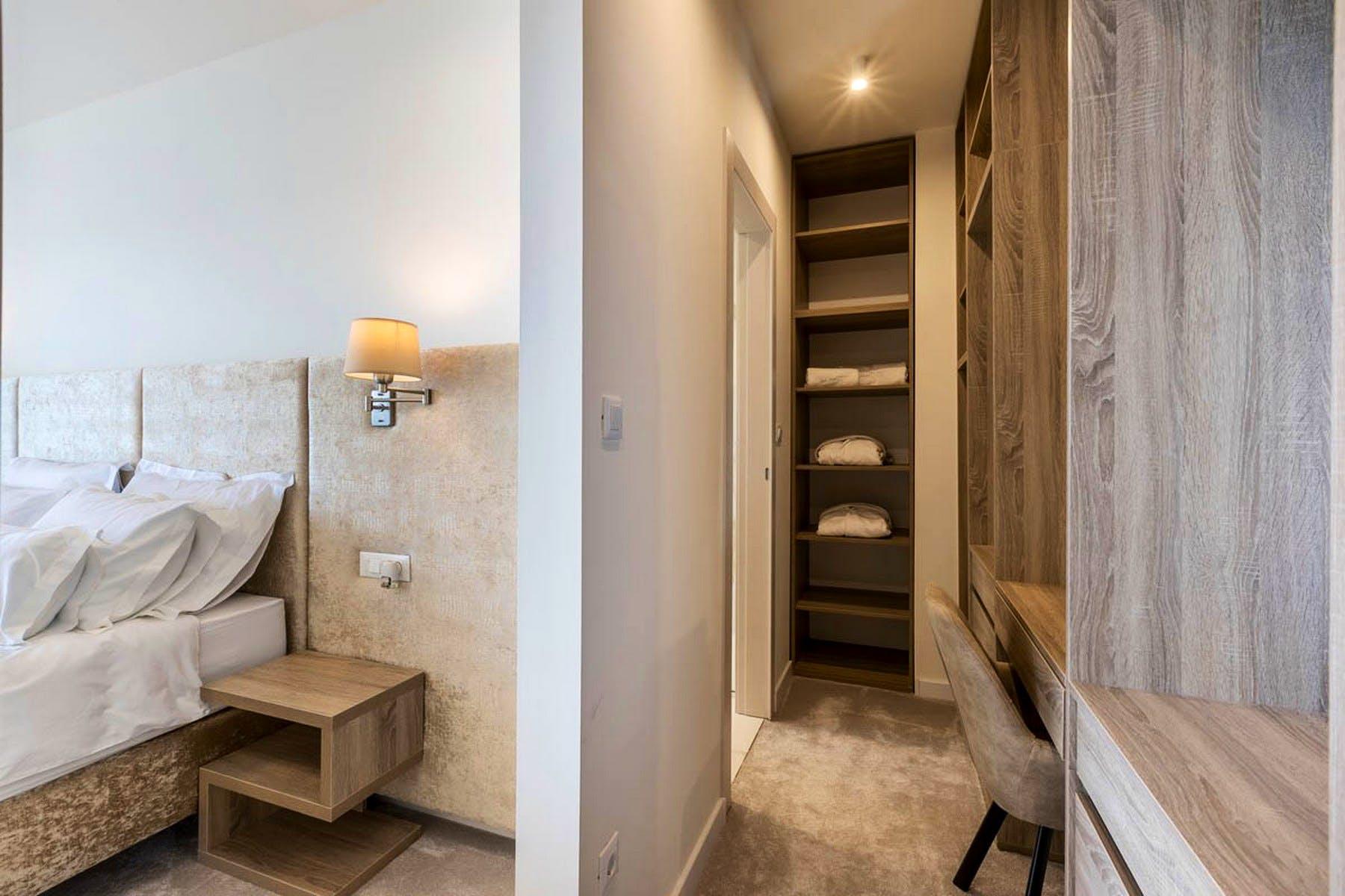 Passage to en-suite bathroom