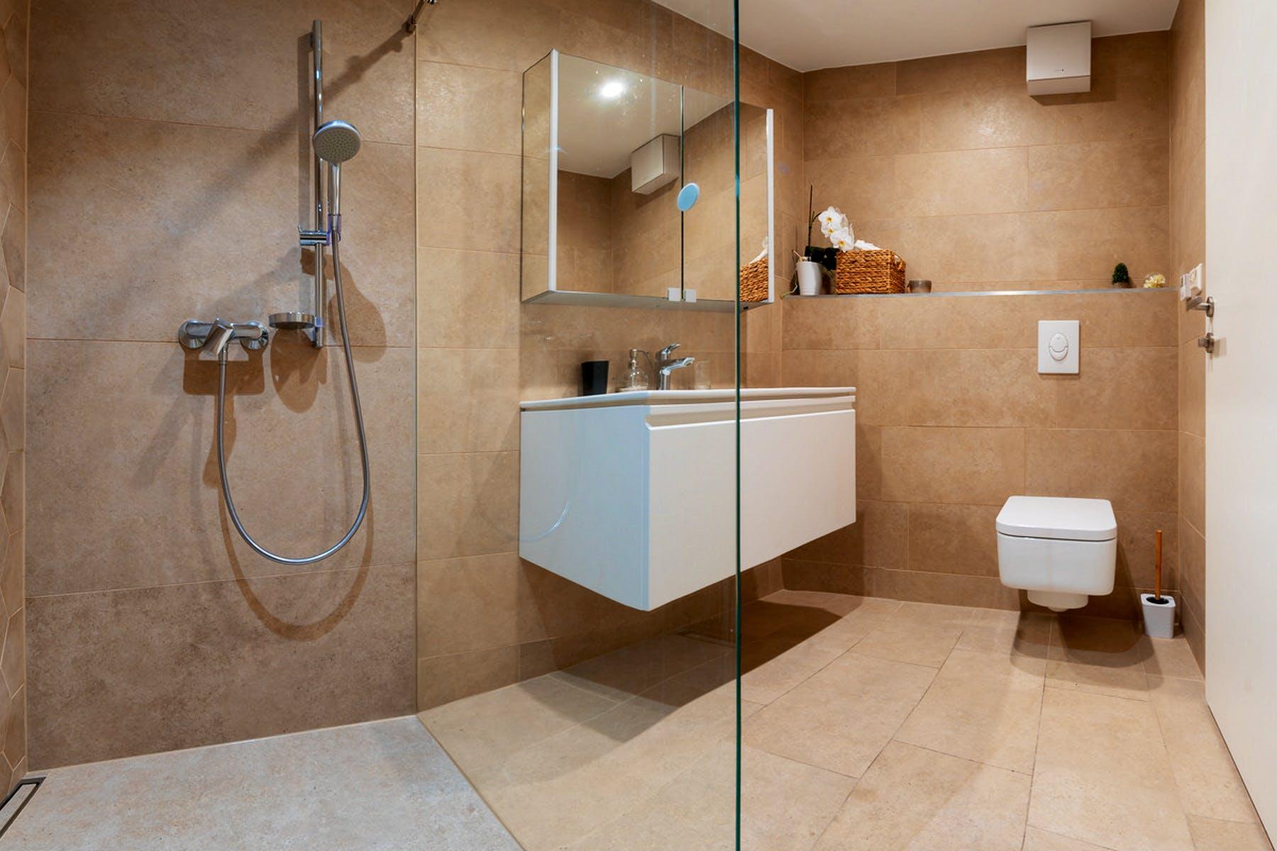 Fully furnished, modern bathroom