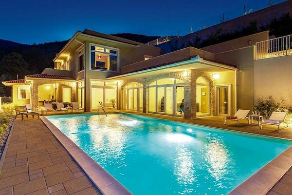 Prekrasna vila s bazenom noću