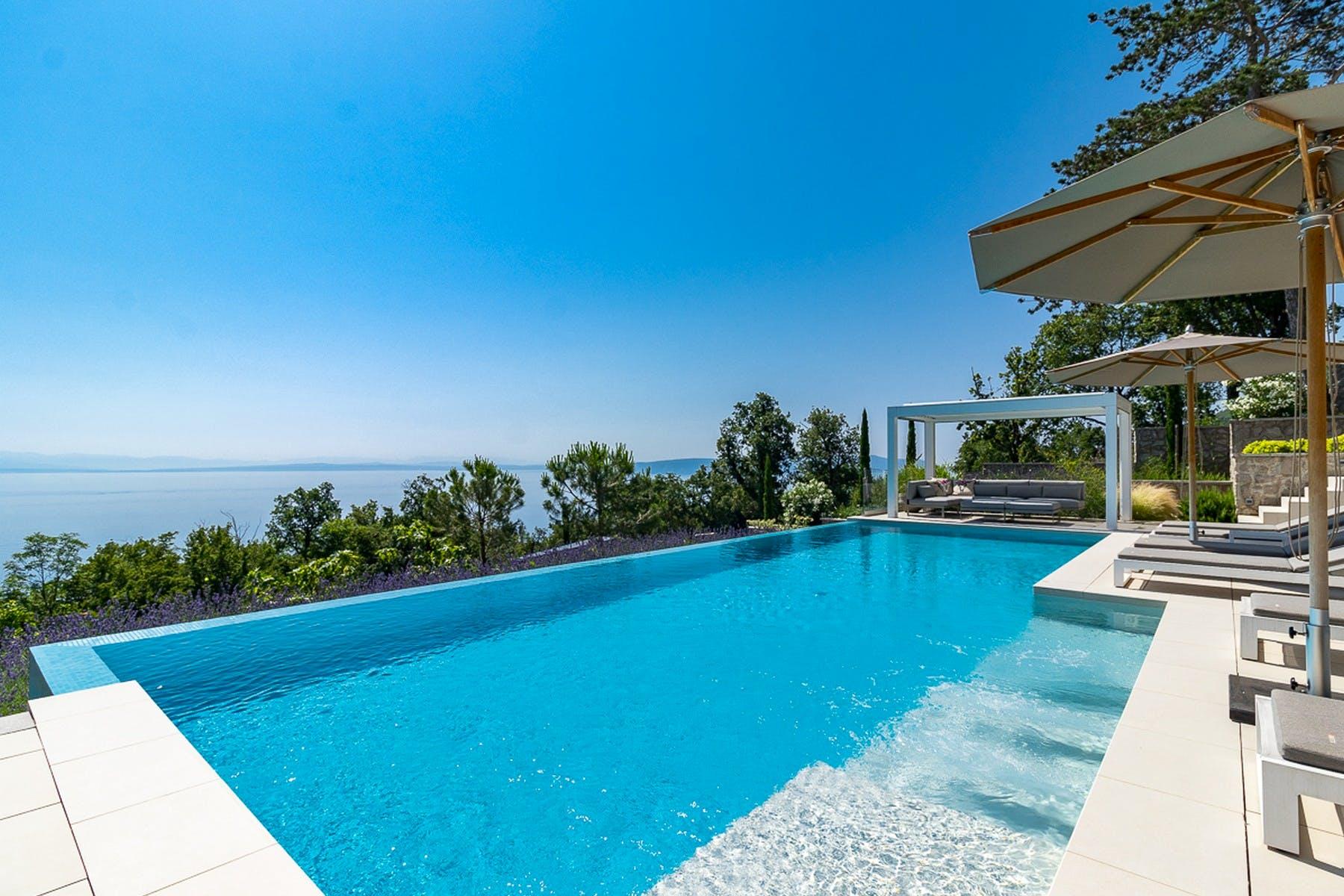 Pogled na more pored bazena