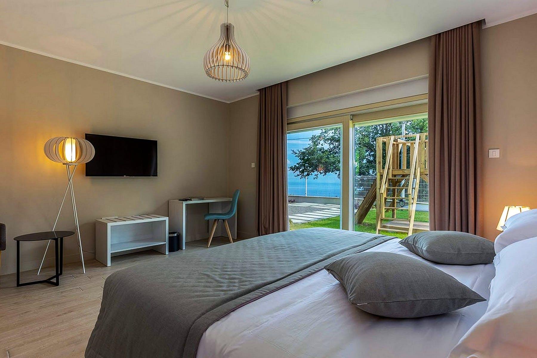 Namještena i moderna spavaća soba