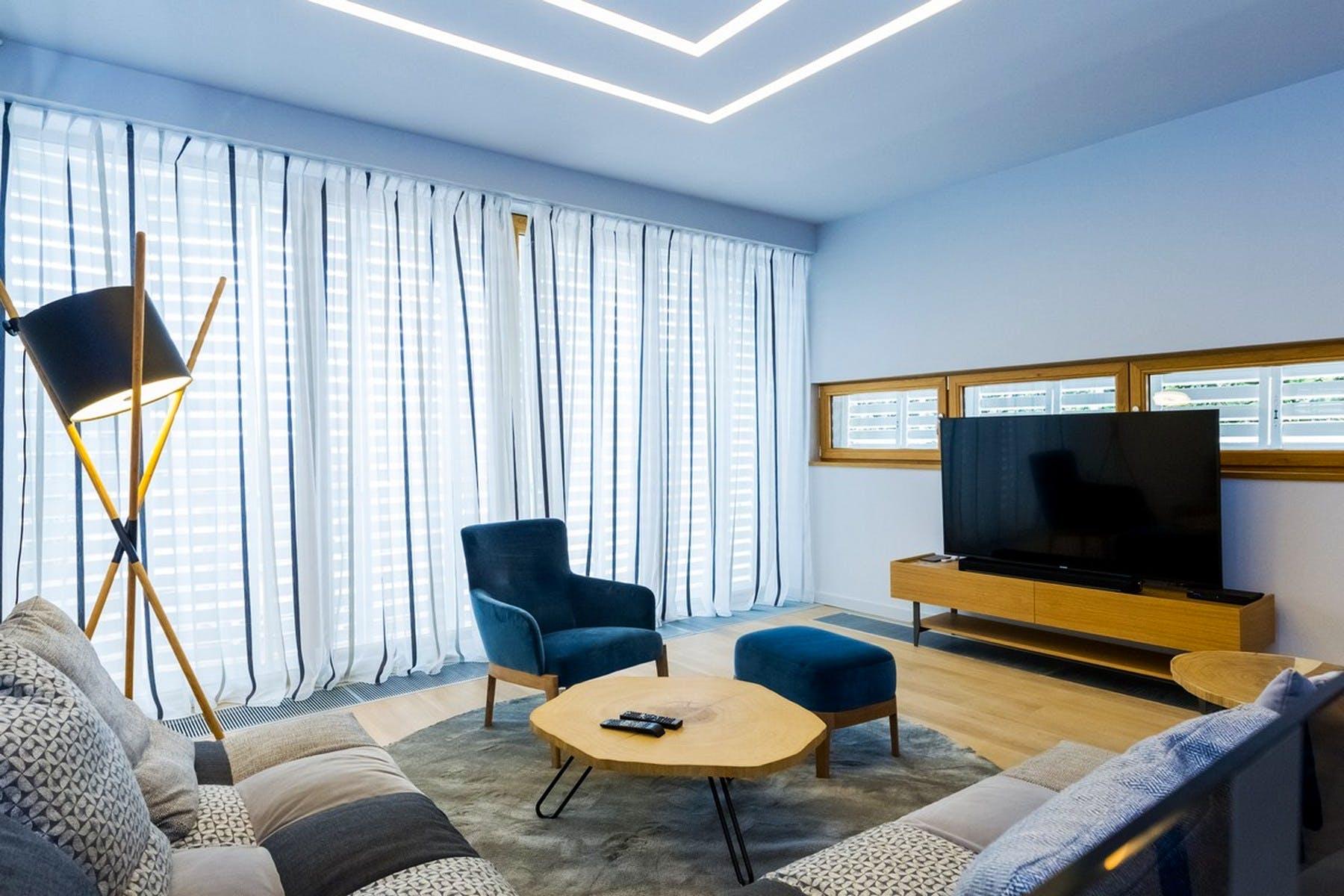 Veliki prozori koji propuštaju mnogo dnevnog svijetla u dnevnu sobu