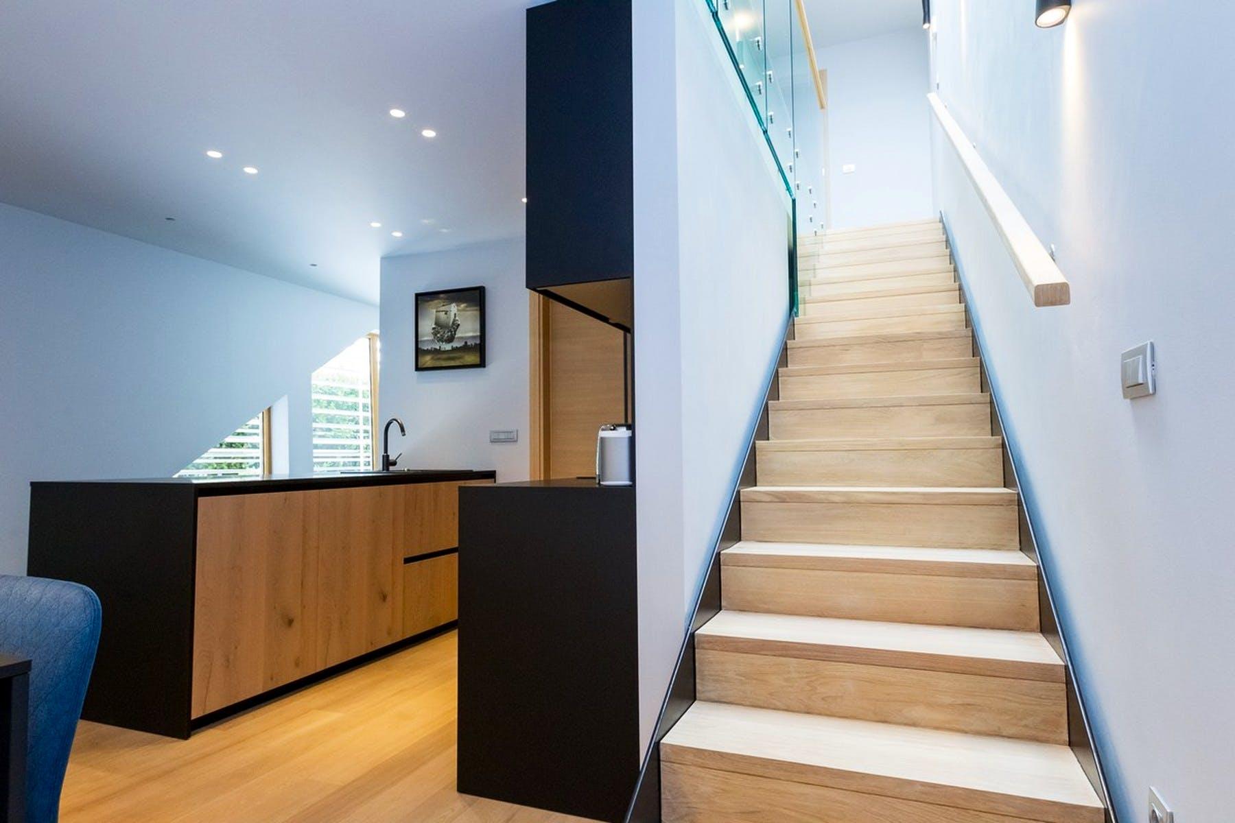 Unutarnje stepenište koje vodi iz kuhinje na gornji kat