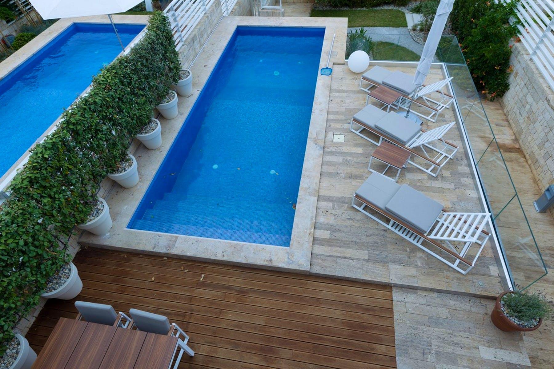 Pogled na bazen s terase