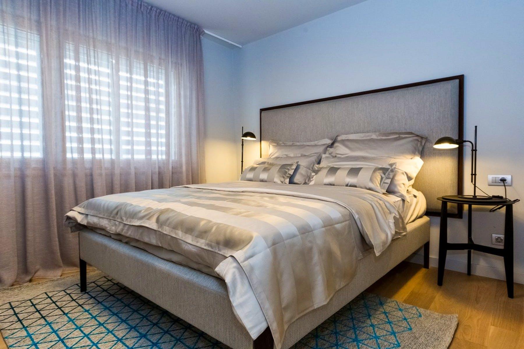 Dvokrevetna spavaća soba sa sivim detaljima