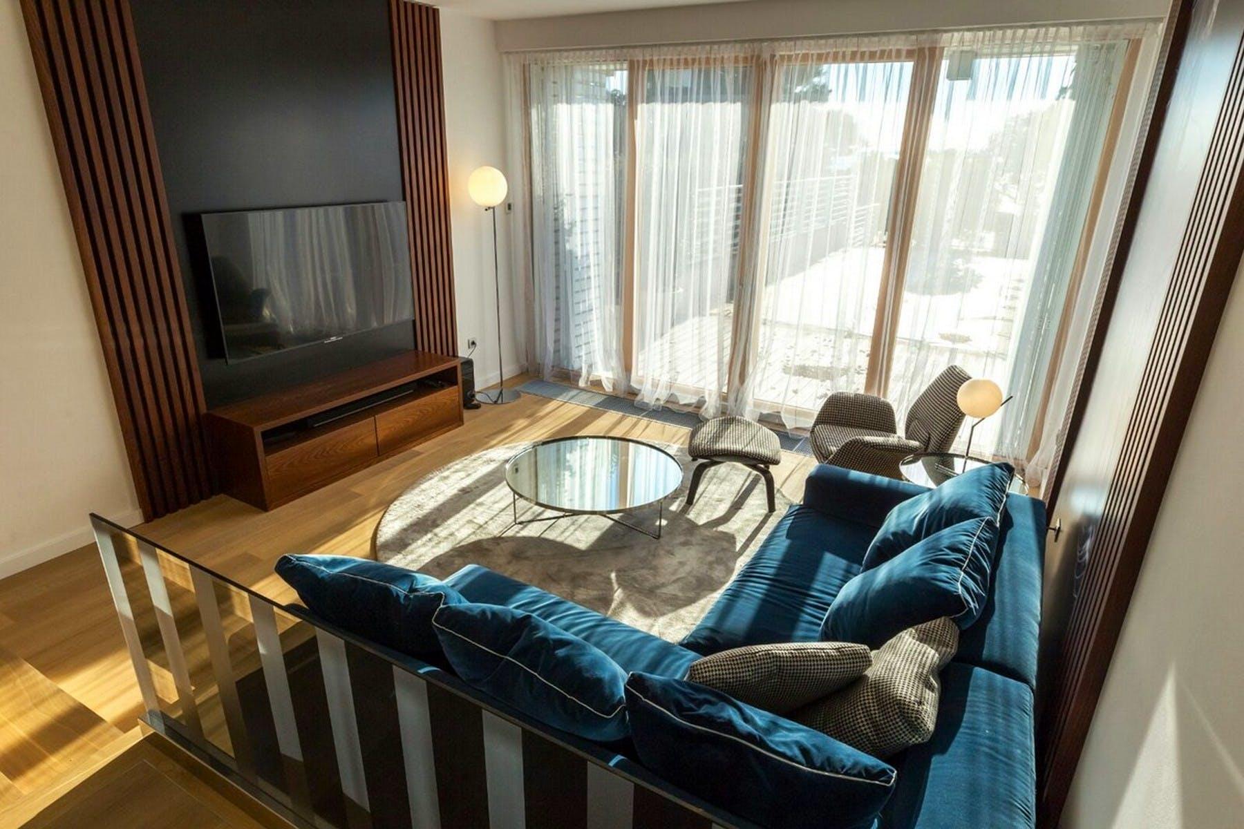 Dnevna soba s velikim prozorima