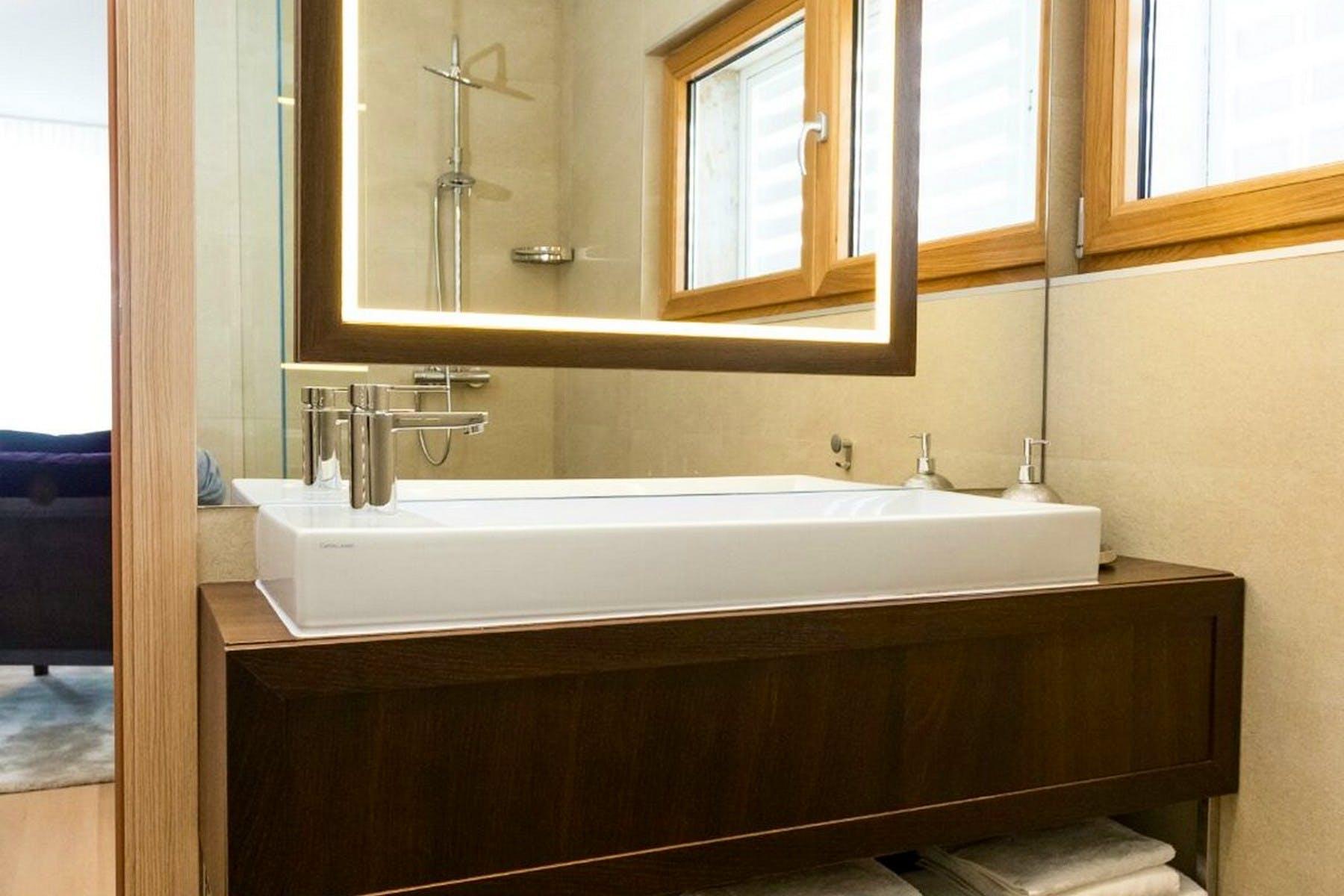 Ogledalo i umivaonik u kupaonici