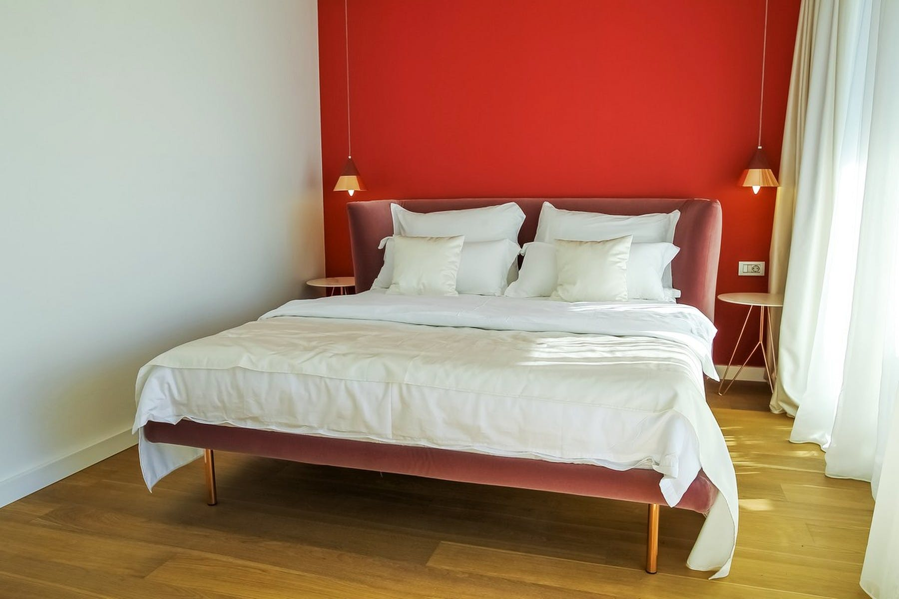 Double bedroom with a red wall