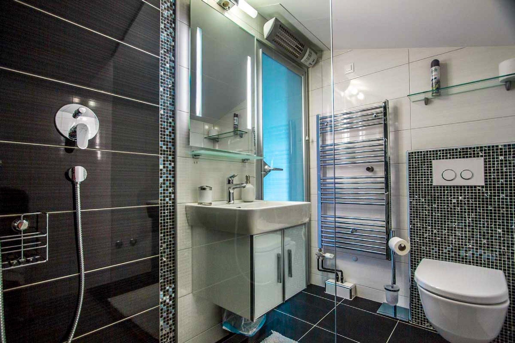 Contemporarly furnished bathroom