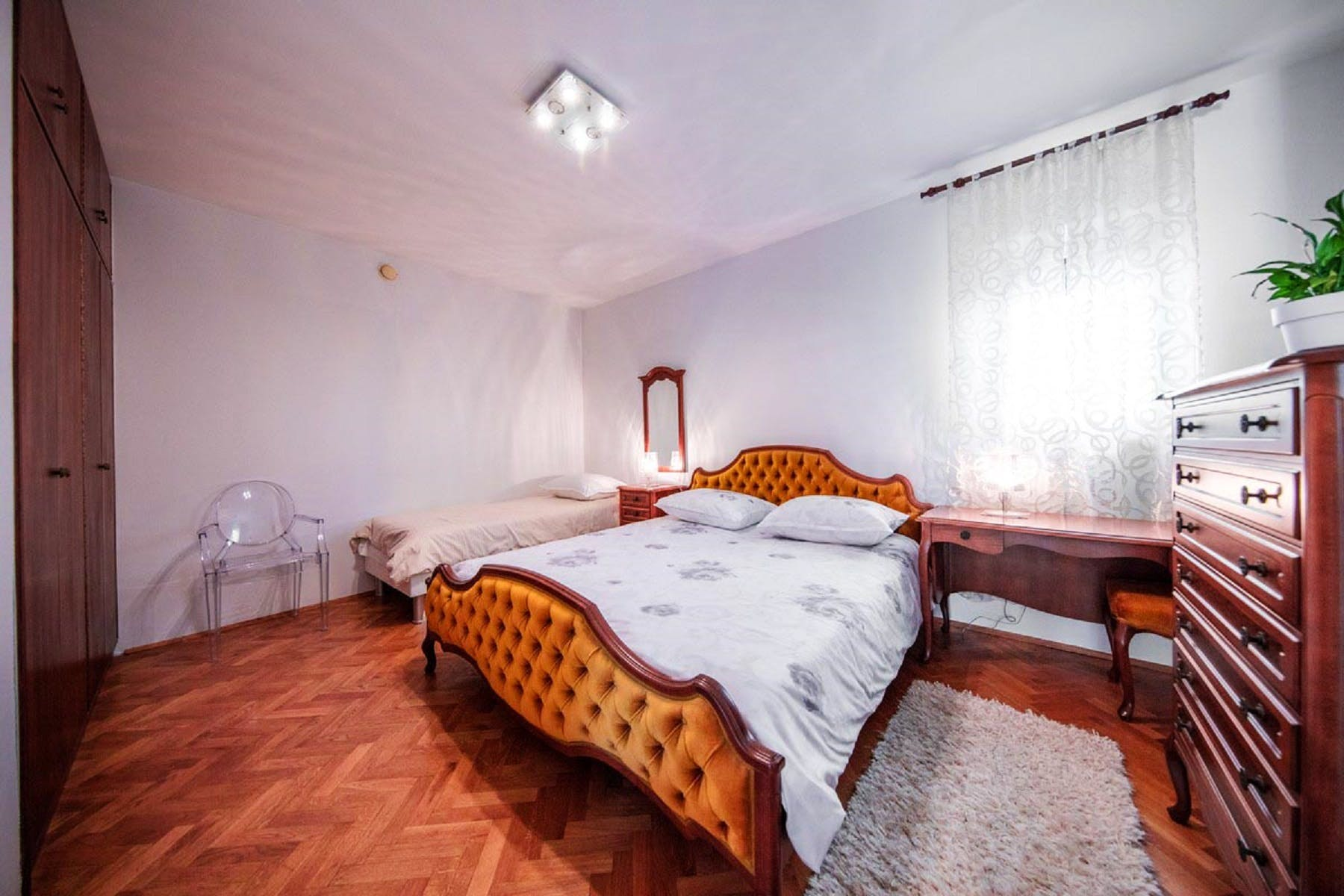 Spacious twin bedroom for three people