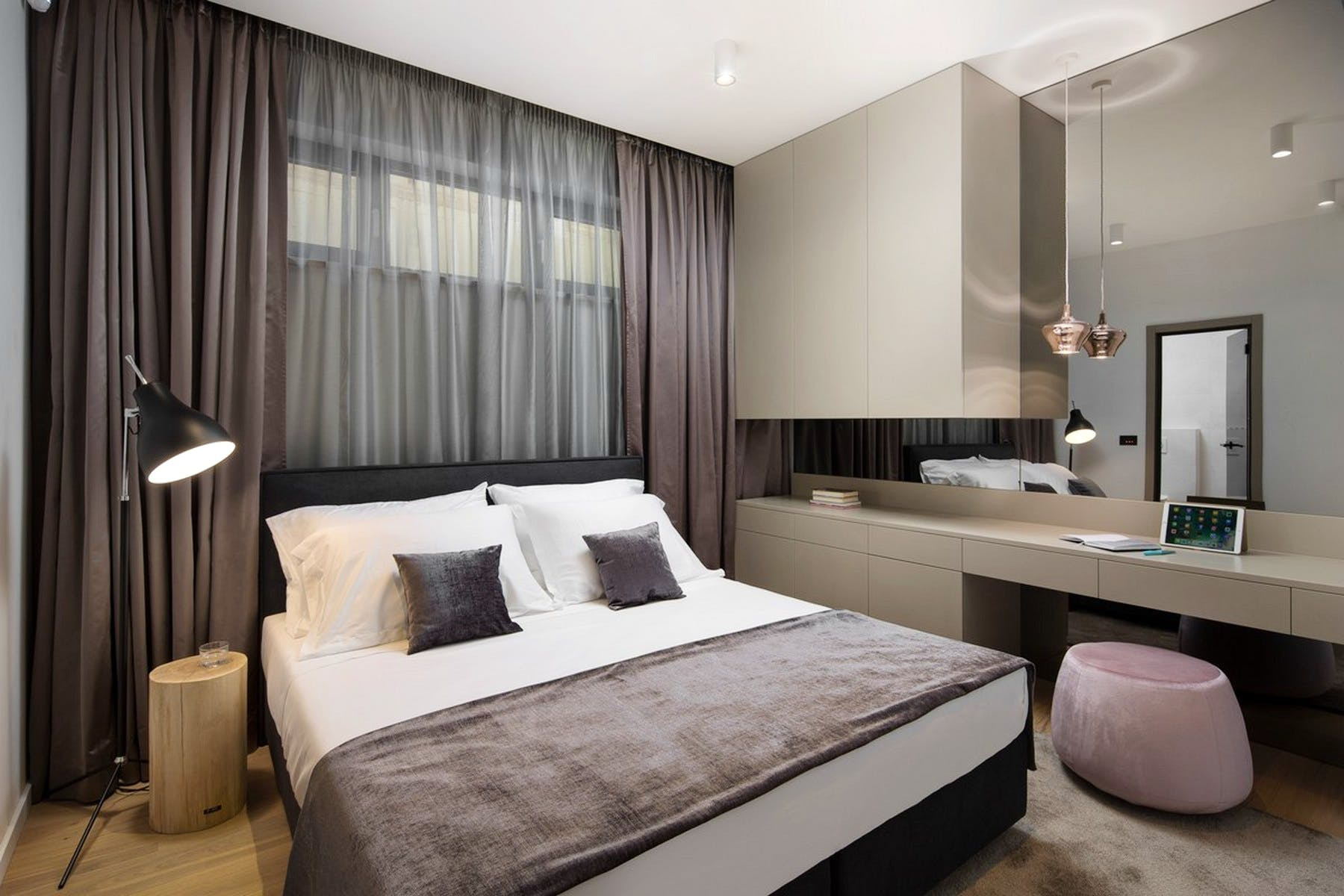 Double bedroom with a large mirror