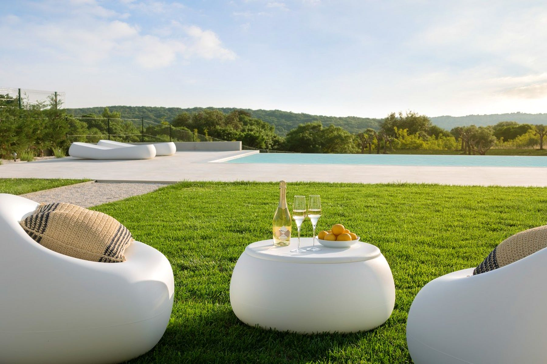 A place to enjoy drinks by the pool