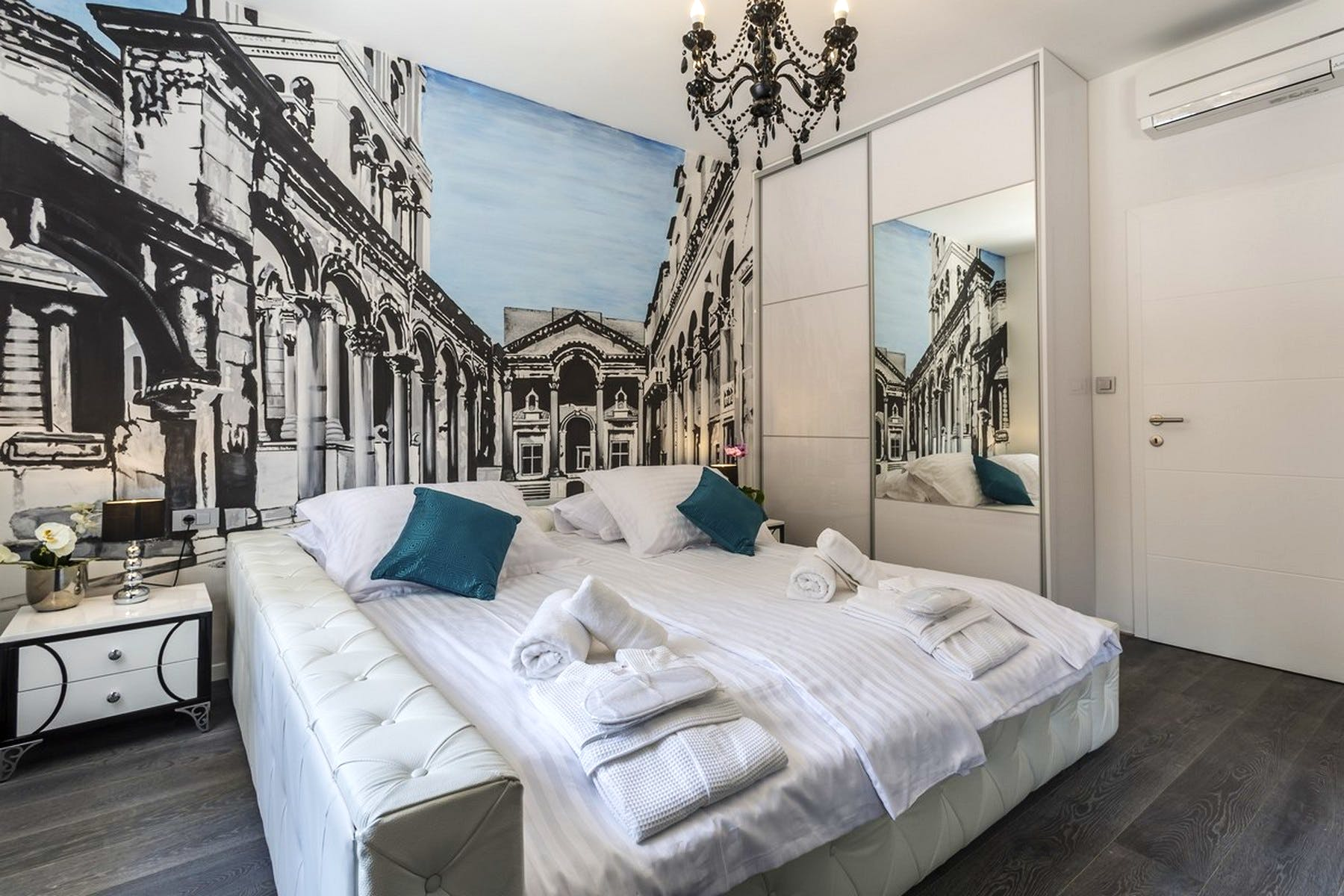 Bedroom with a wall-painting of the Diocletian's palace