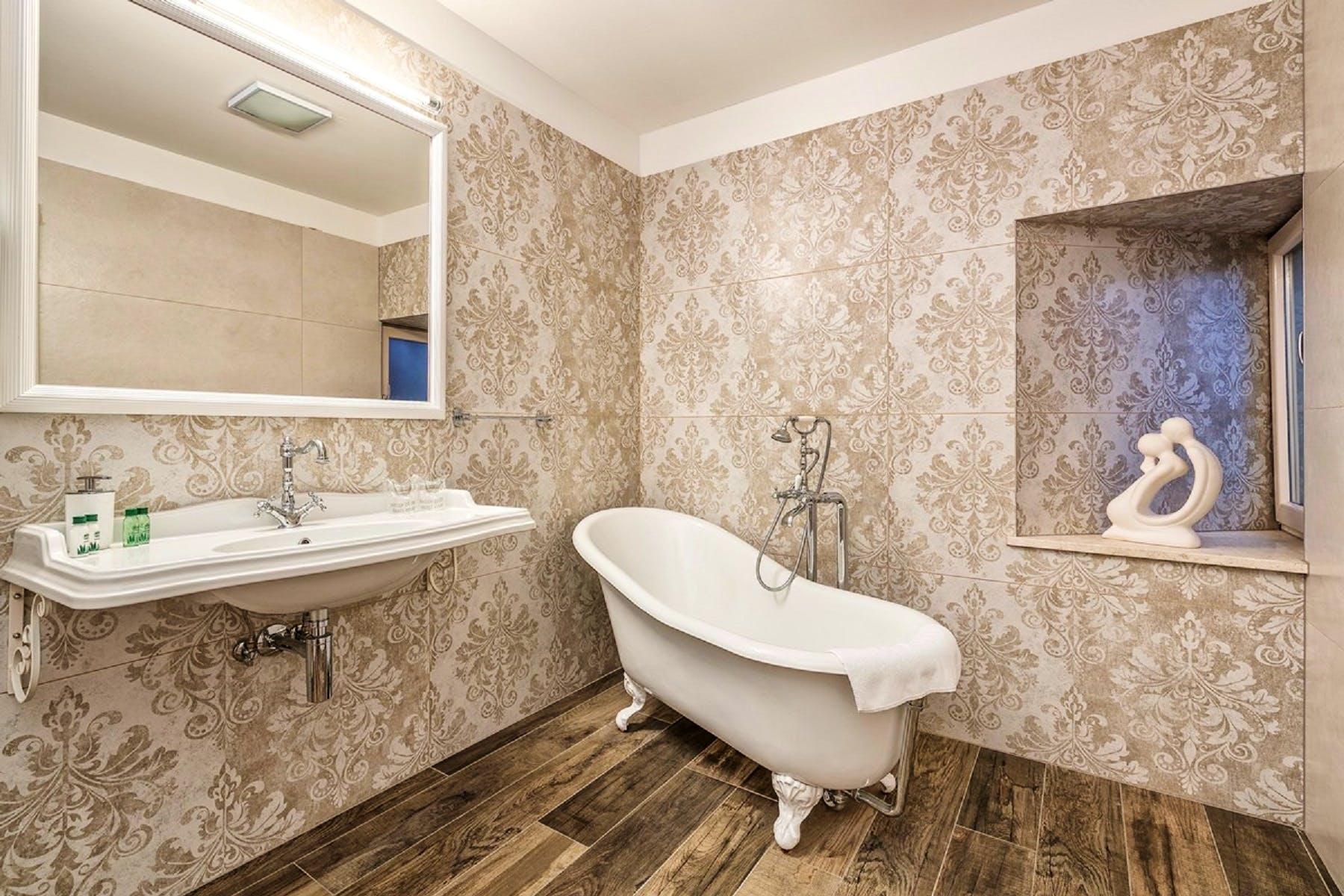Bathroom following the overall style