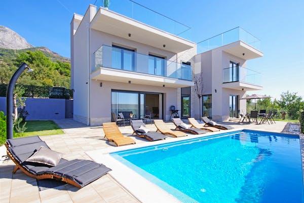 Pogled na luksuznu vilu s bazenom