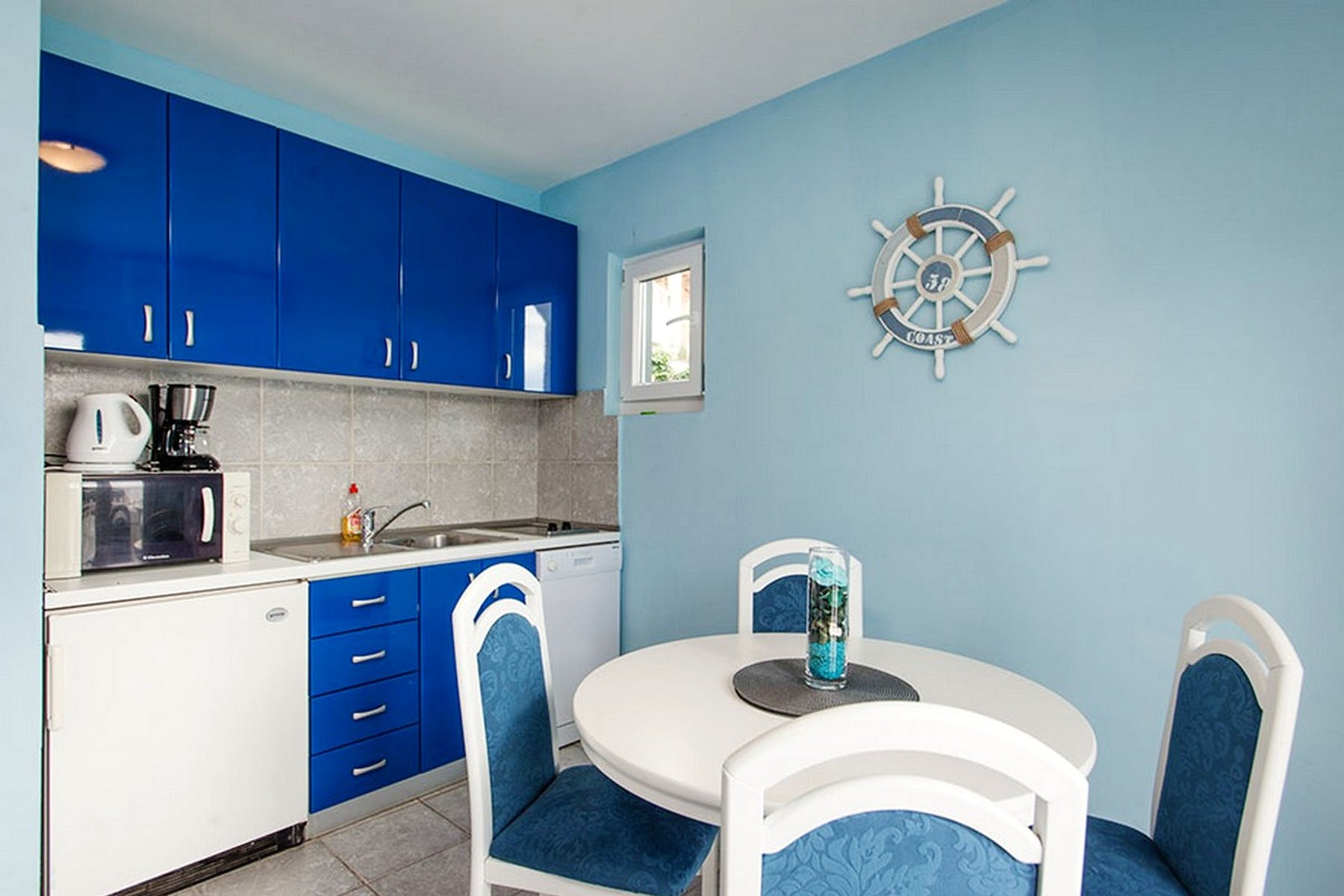 Kitchen decorated in blue and white