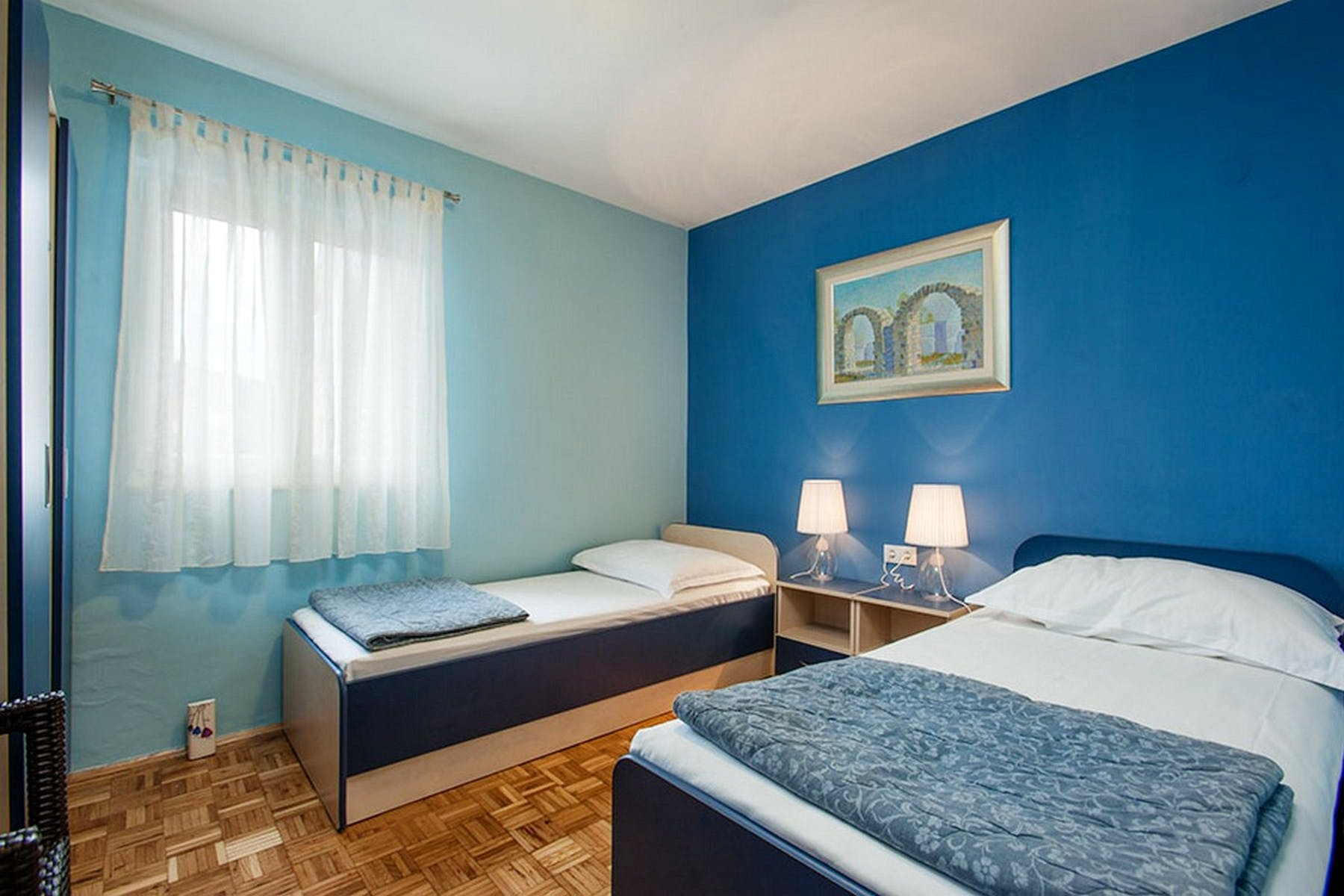 Blue-themed twin bedroom