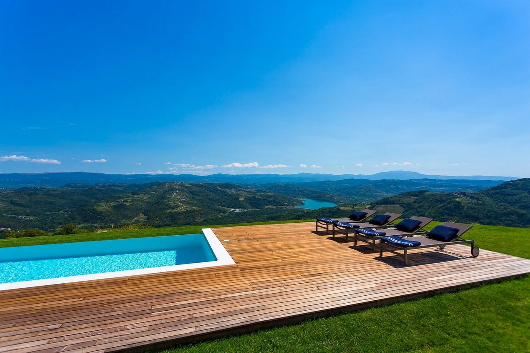 Veliki prostor za sunčanje uz bazen