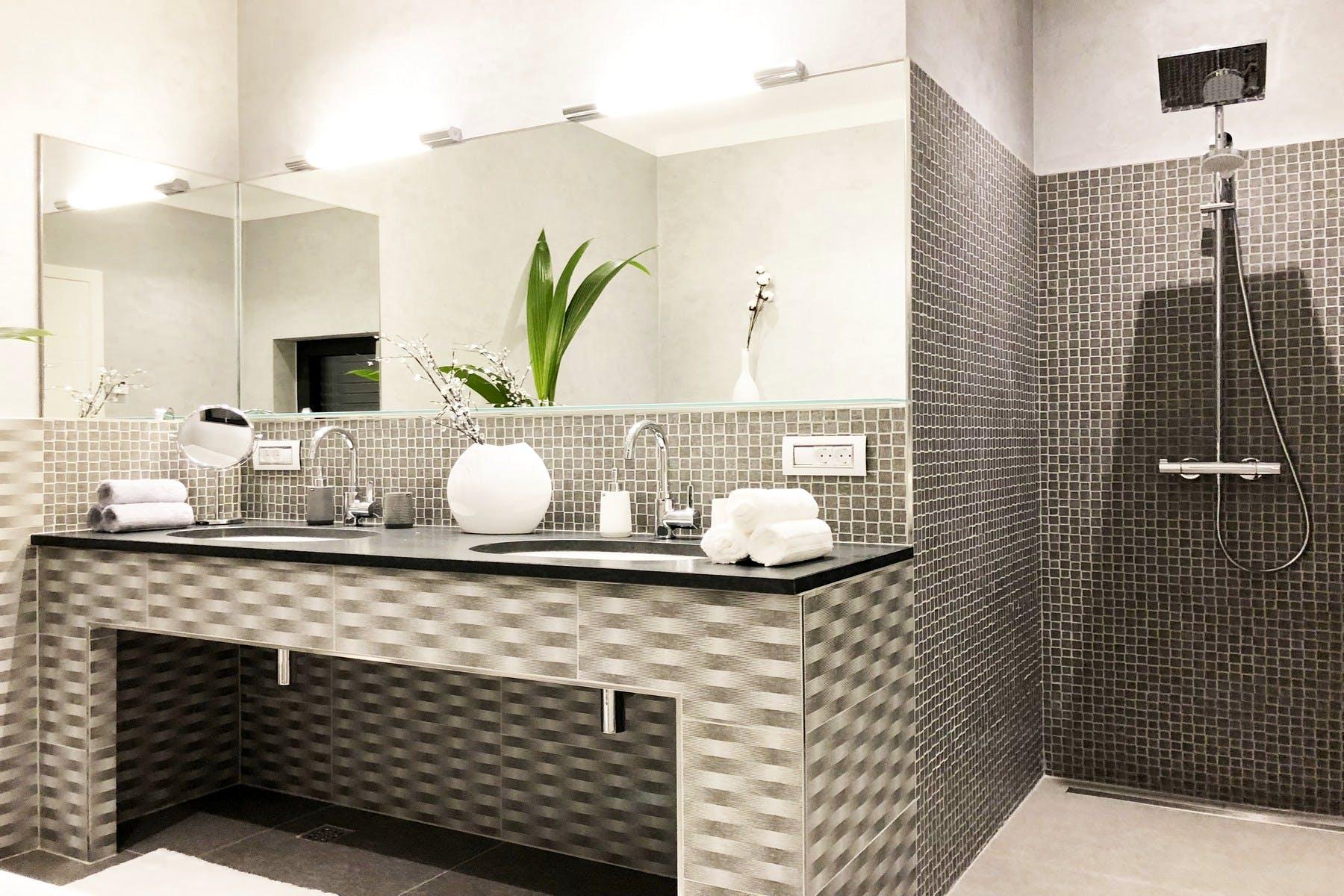 Veliko ogledalo i umivaonik
