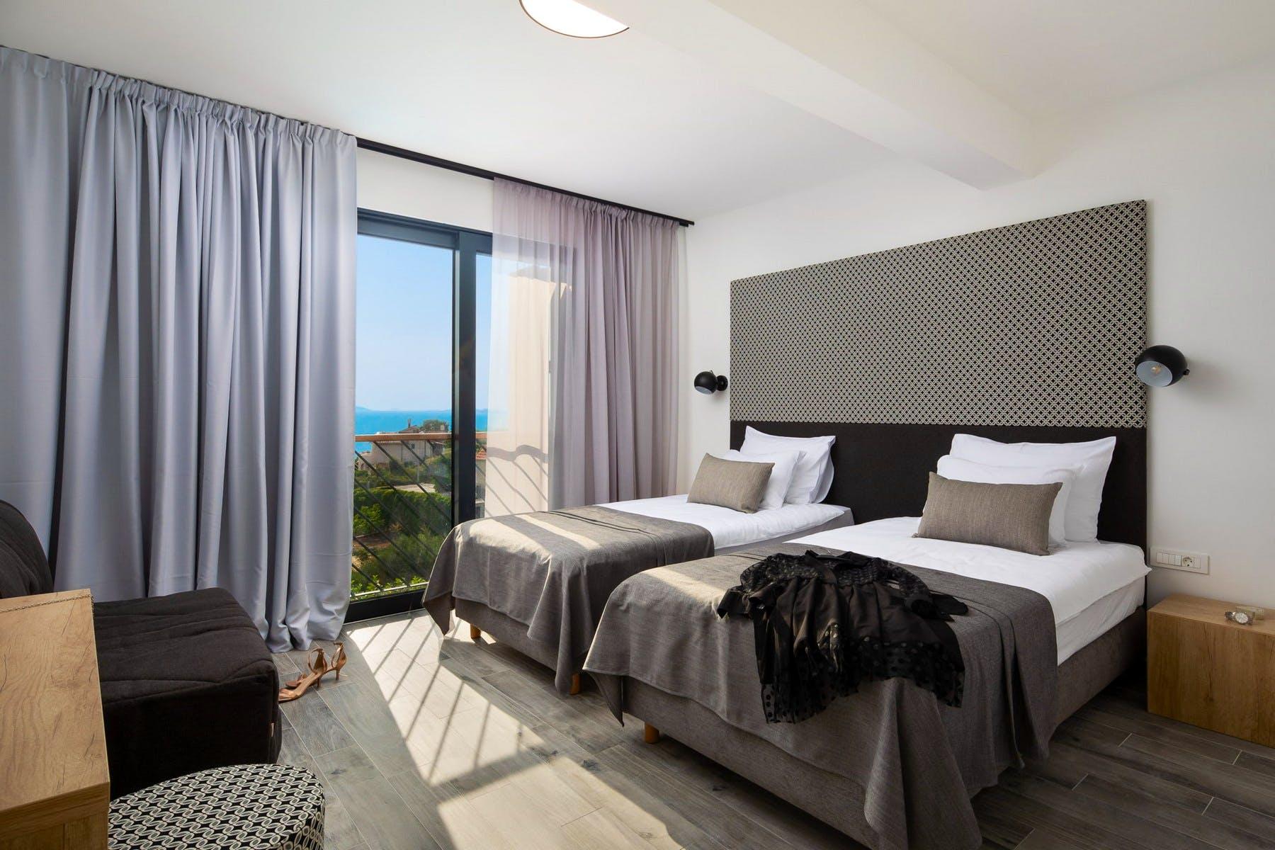 Soba s dva kreveta i pogledom na more