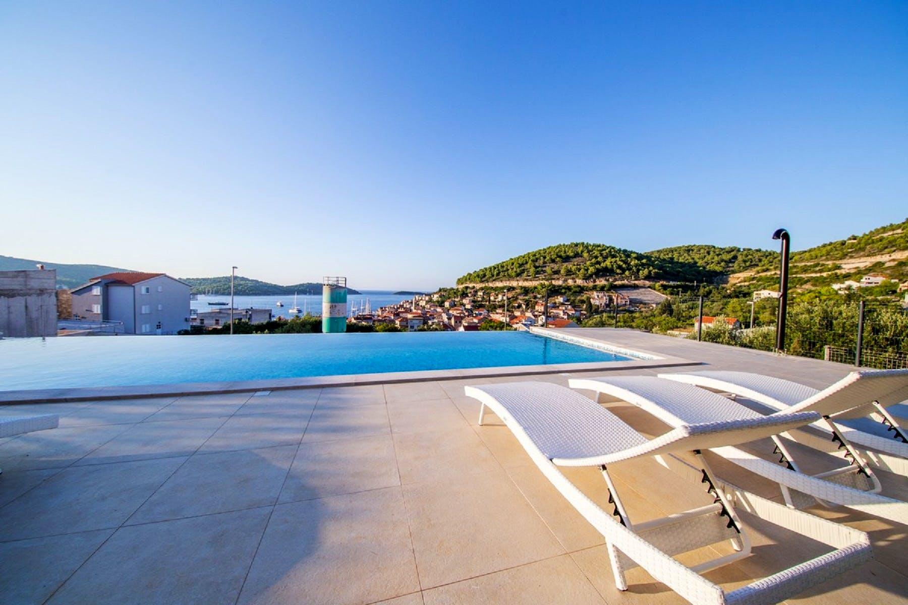 Veliki prostor za sunčanje i kupanje u bazenu