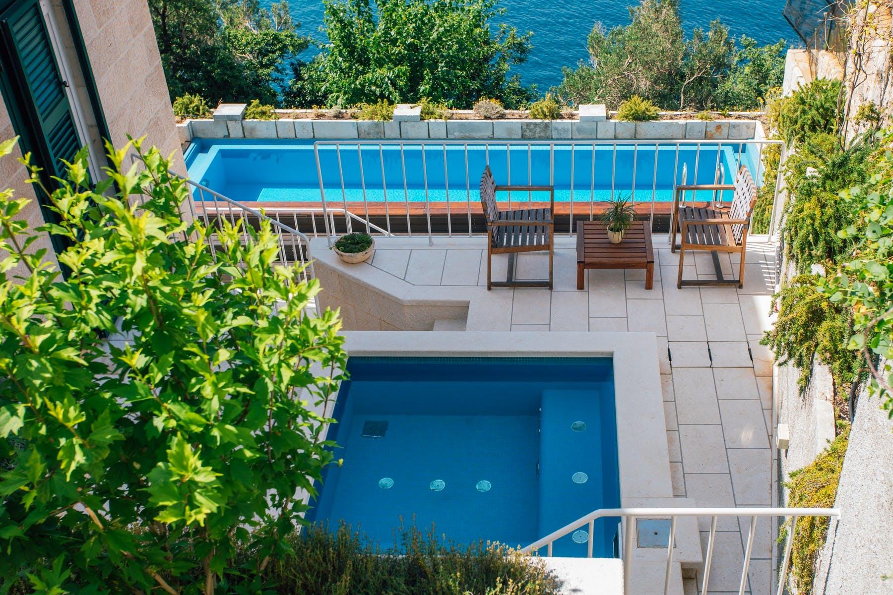 Vila s bazenom i hidromasažnom kadom s koje se pruža pogled na more