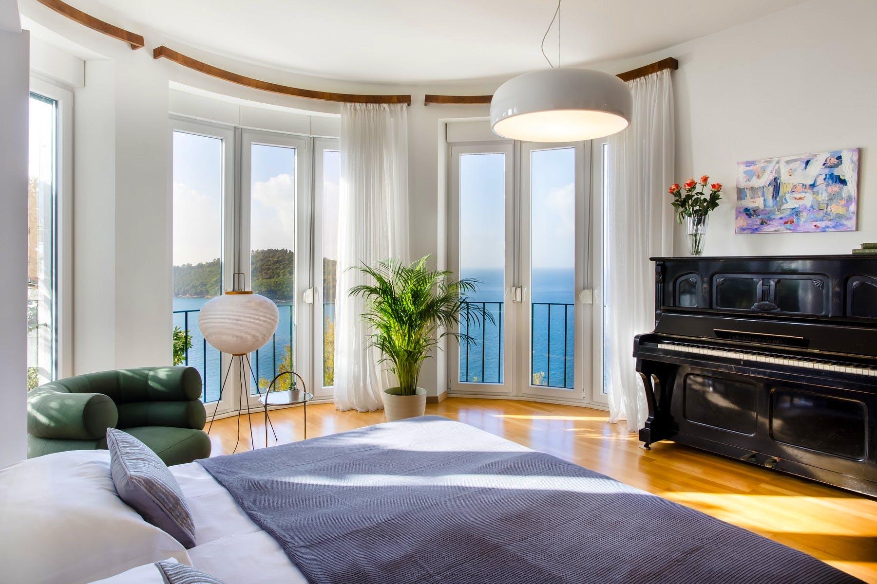Spavaća soba s velikim prozorima i slikovitim pogledom na more