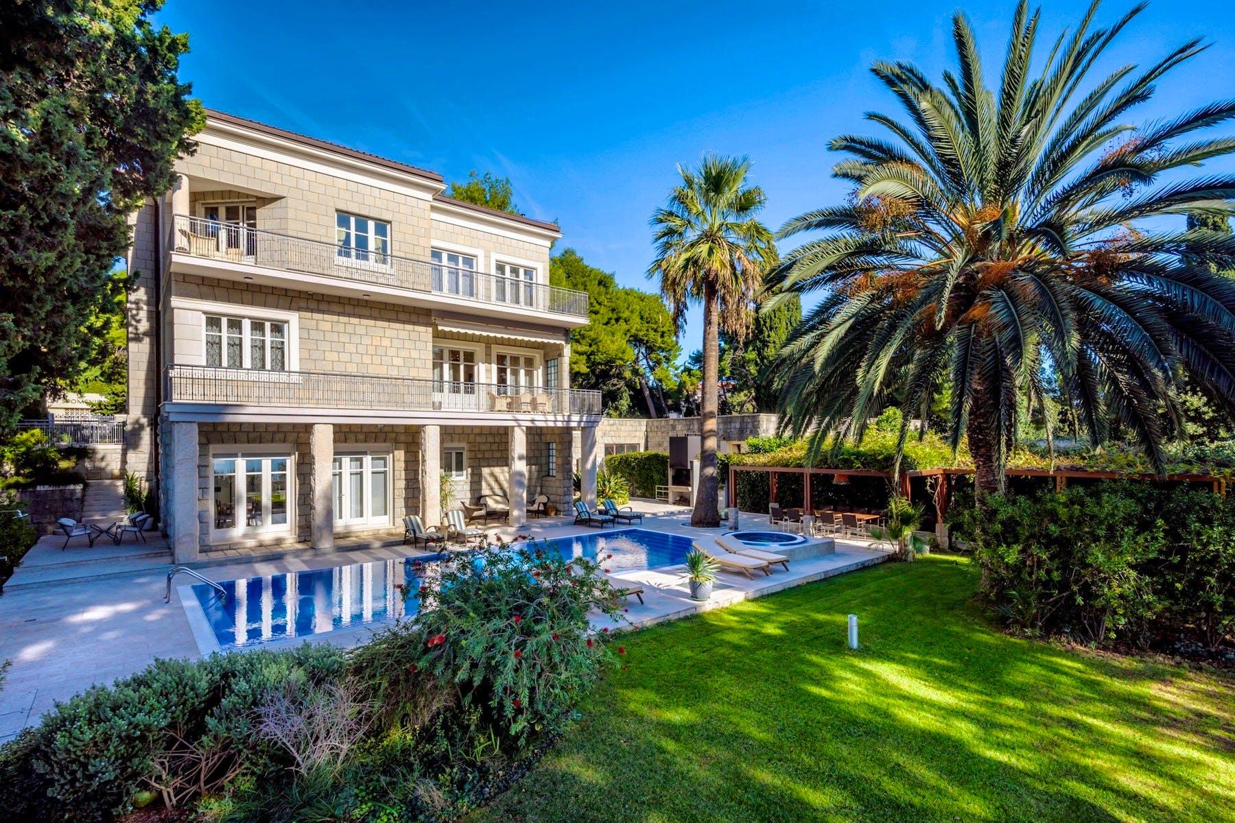 Elegantna kamena vila s bazenom i mediteranskim vrtom