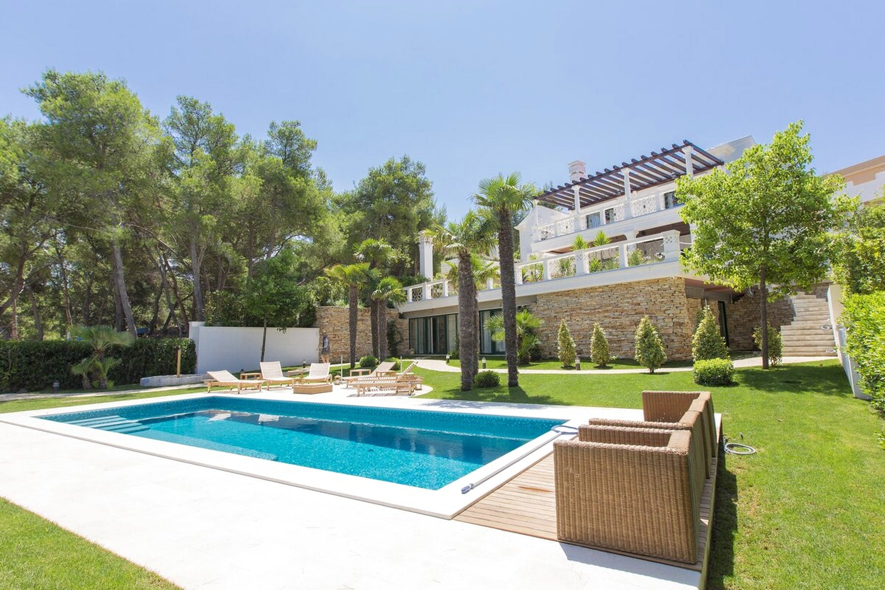 Exclusive villa with pool on an attractive seafront location