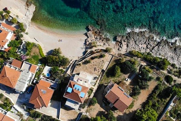 Panoramski pogled na vilu uz more na otoku Hvaru