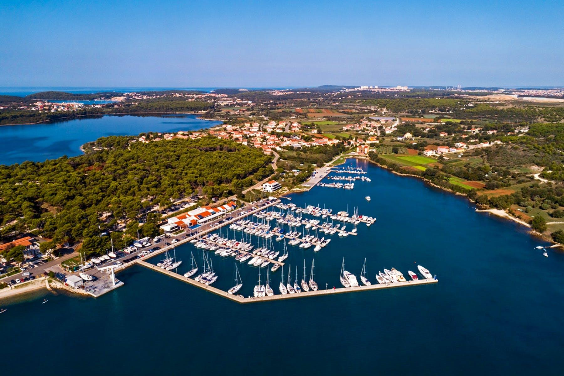 Pogled iz zraka na zgradu uz more s luksuznim apartmanima