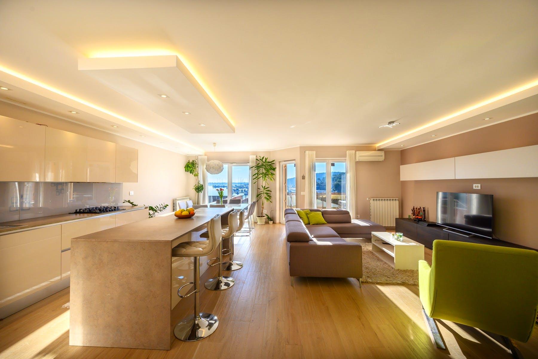 Moderni apartman na prodaju s lijepim pogledom na more i marinu