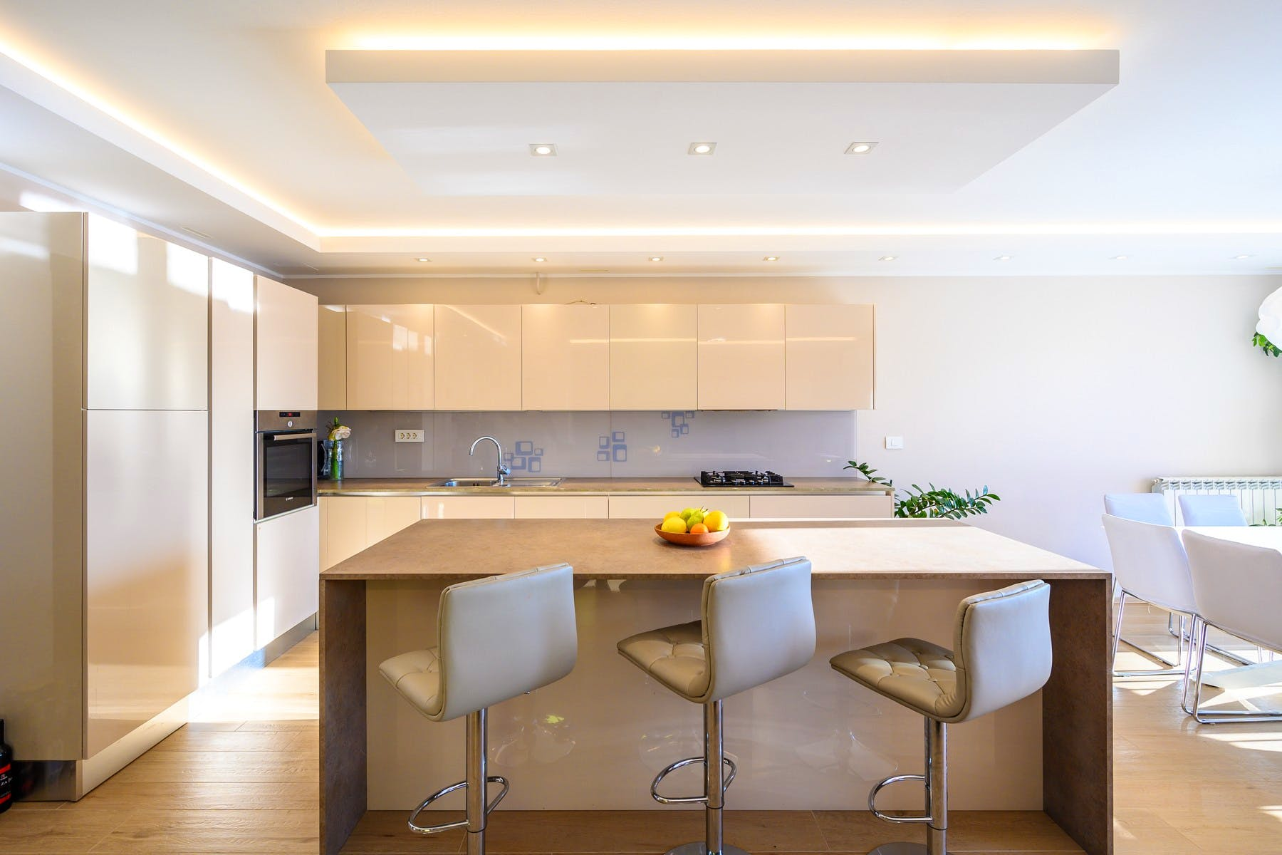 Velika kuhinja s modernom opremom