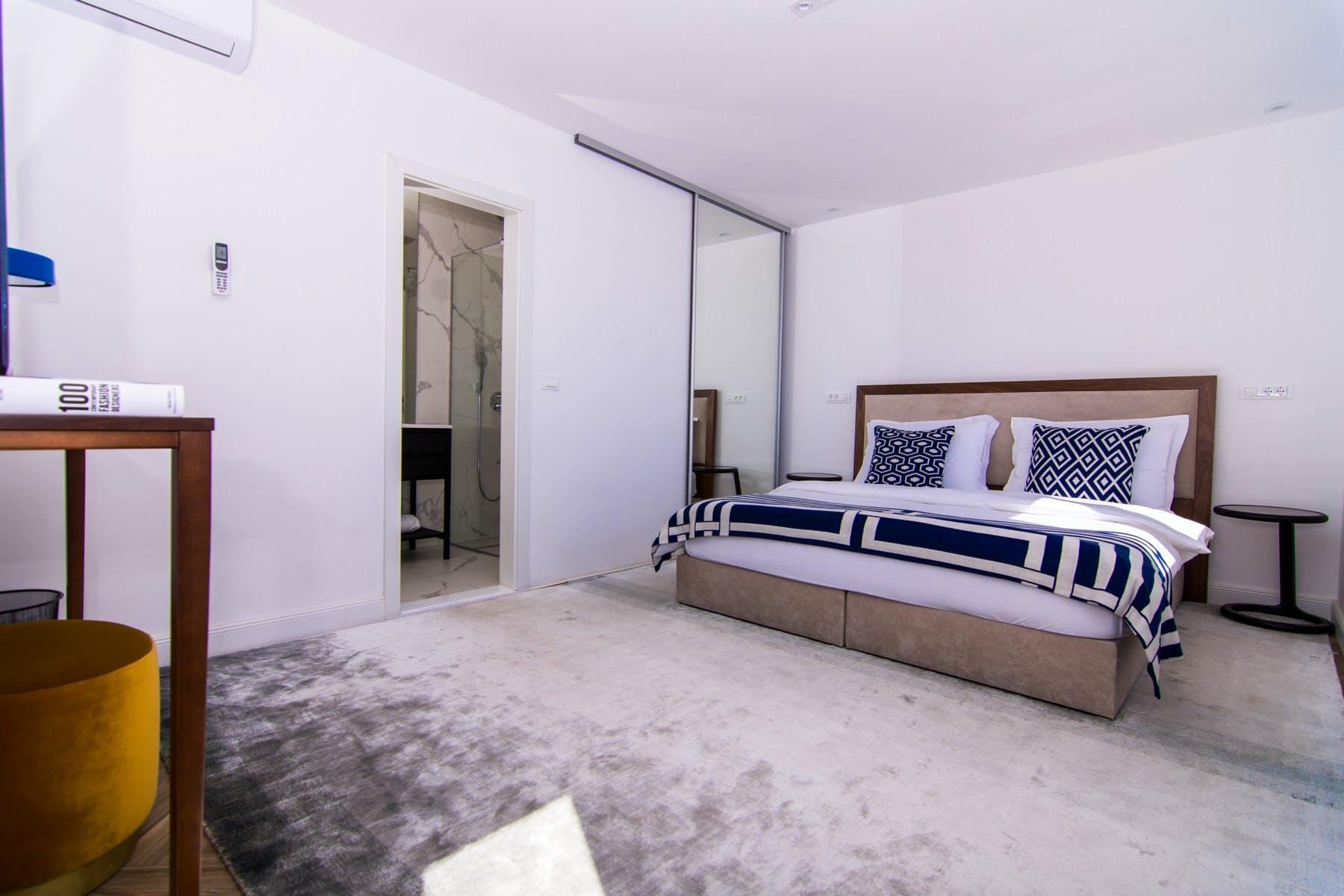 A cozy en-suite bedroom