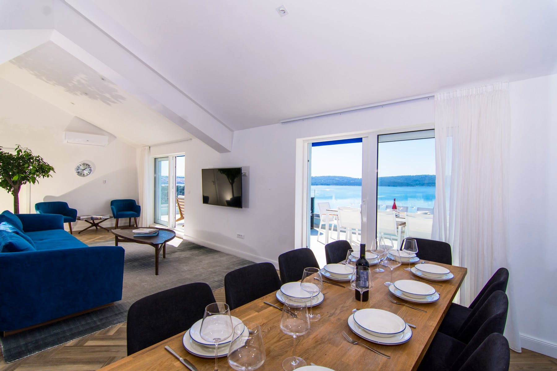 Dining area and living with a sea view
