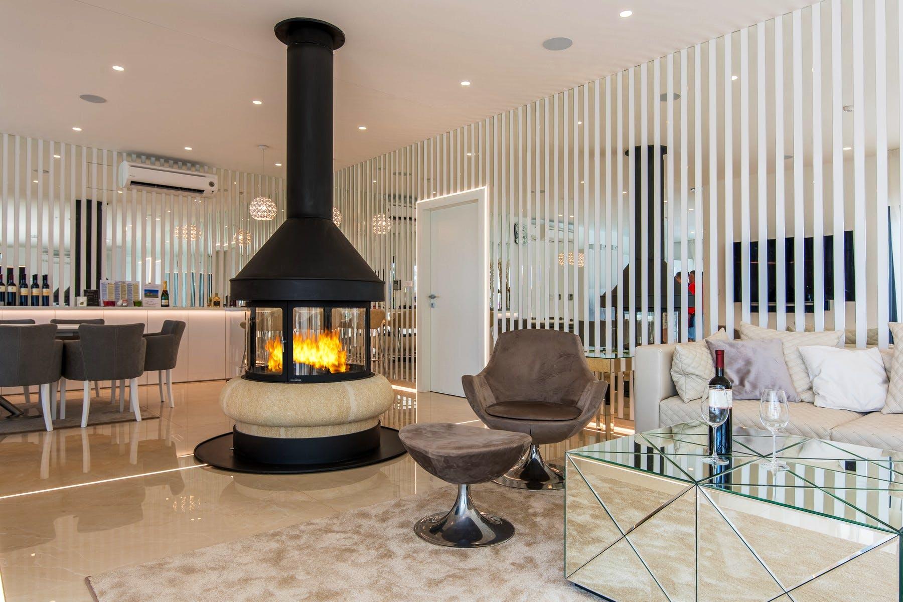 Moderni kamin u dnevnoj sobi