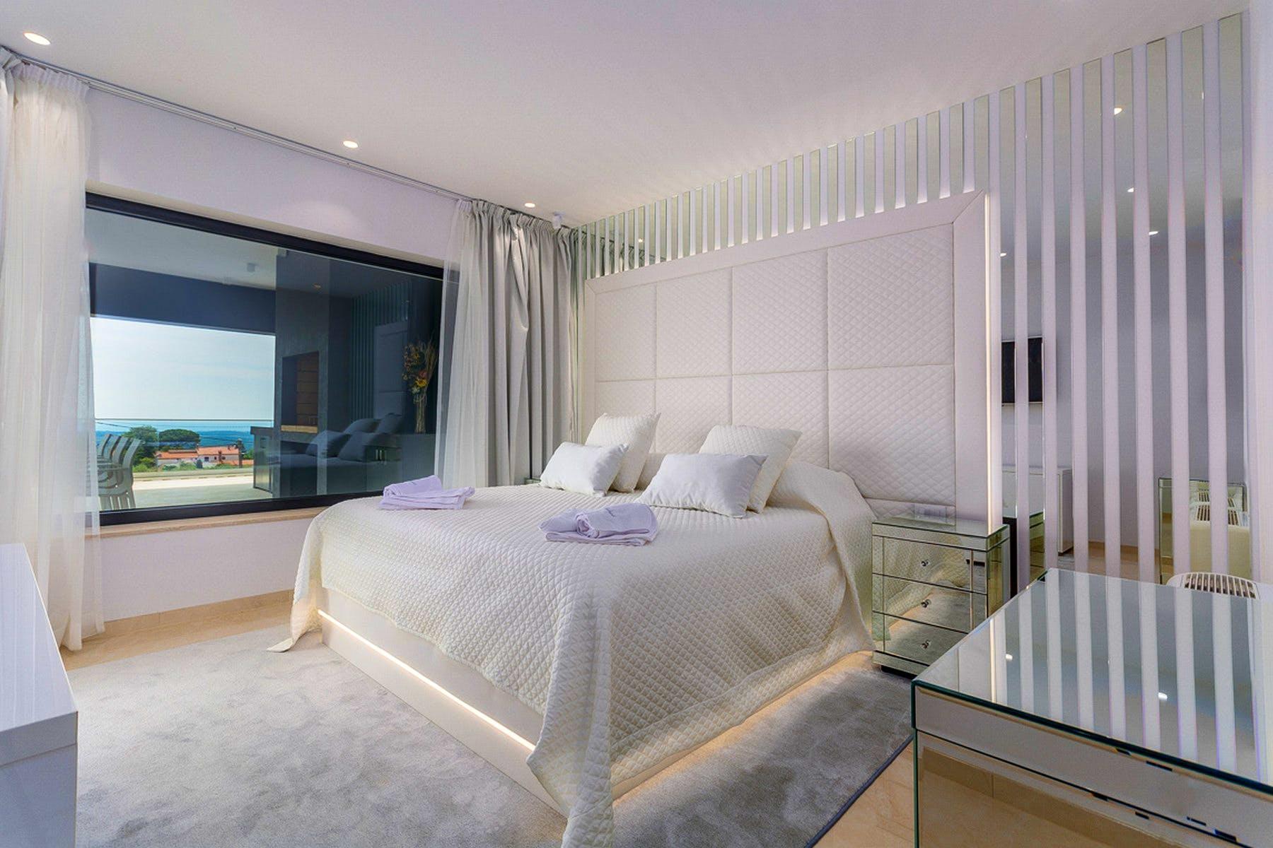 Stilski uređena dvokrevetna soba s modernim sadržajima