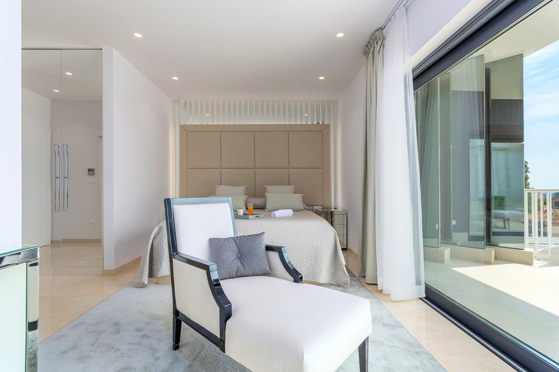 Spavaća soba s pogledom na more