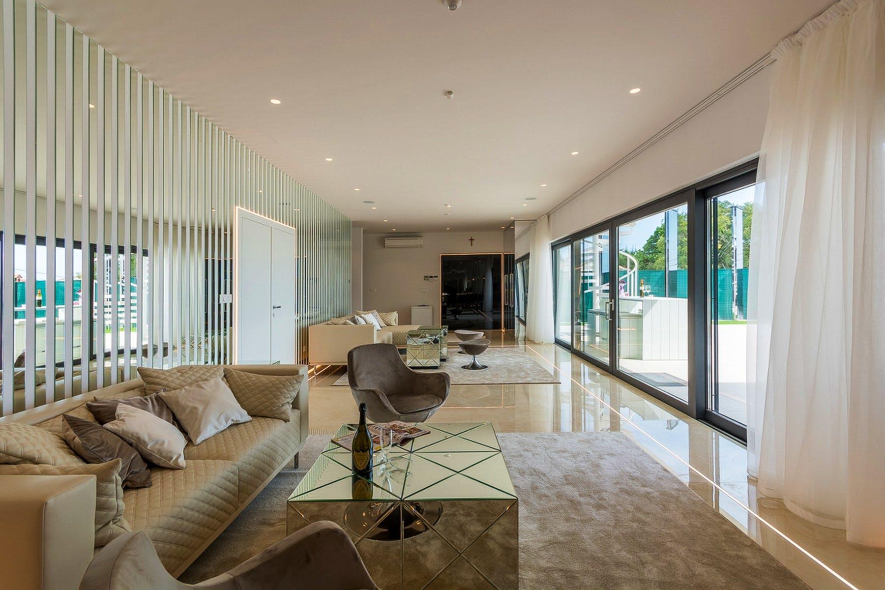 Glamurozna dnevna soba s udobnim sofama