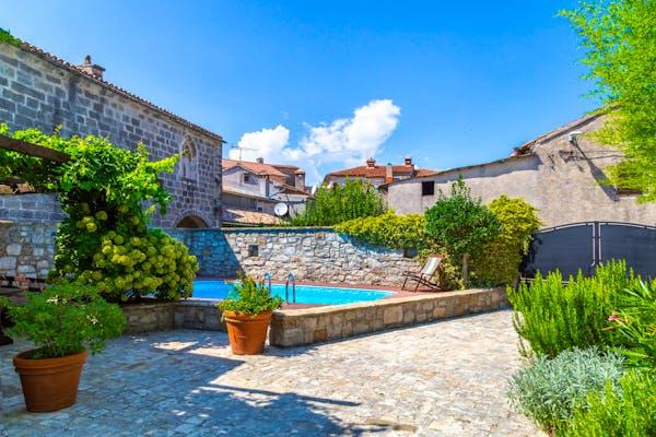 Imanje od tri kamene kuće s ograđenim dvorištem, bazenom i mediteranskim vrtom